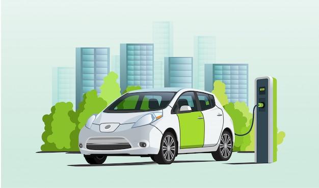Aufladen des elektroautos an ladestation, stadtbild auf hintergrund