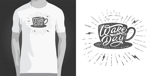 Aufwachen tag typografie mit kaffeetasse illustration auf weißem hintergrund. vintage schriftzug. vorlage zum drucken auf t-shirt, notizblock, stoff, plakat, banner, postkarte, skizzenbuch.