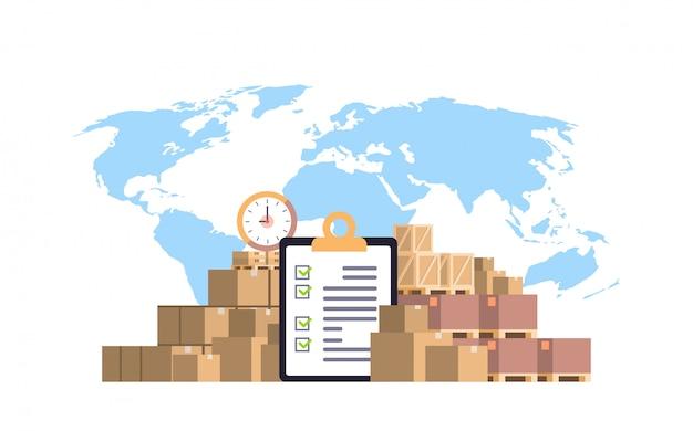 Ausgefüllte checkliste zwischenablage paketpakete papierbox blaue weltkarte, internationale lieferung industriekonzept flach horizontal