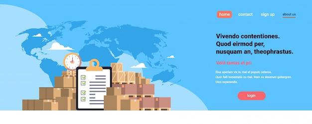 Ausgefüllte checkliste zwischenablage paketpakete papierbox blaue weltkarte, internationale lieferung industriekonzept flache horizontale kopie raum