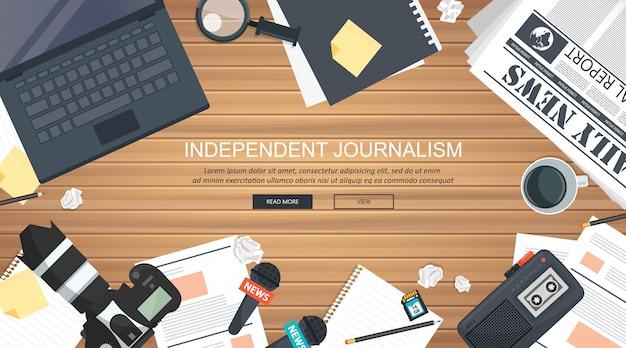 Ausrüstung für journalisten am schreibtisch
