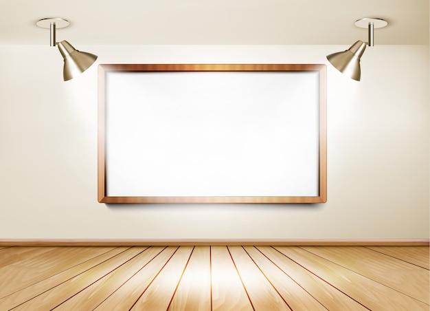 Ausstellungsraum mit holzboden, weißer tafel und zwei lichtern.