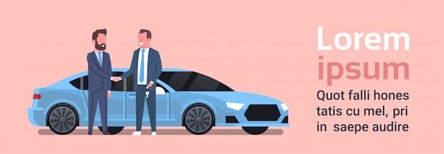 Auto-kaufender verkäufer-mann, der dem inhaber-fahrzeug-kauf-verkauf oder mietzentrum-konzept schlüssel gibt
