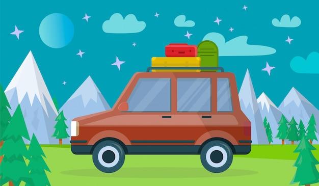 Auto mit gepäck am nächtlichen gebirgshintergrund