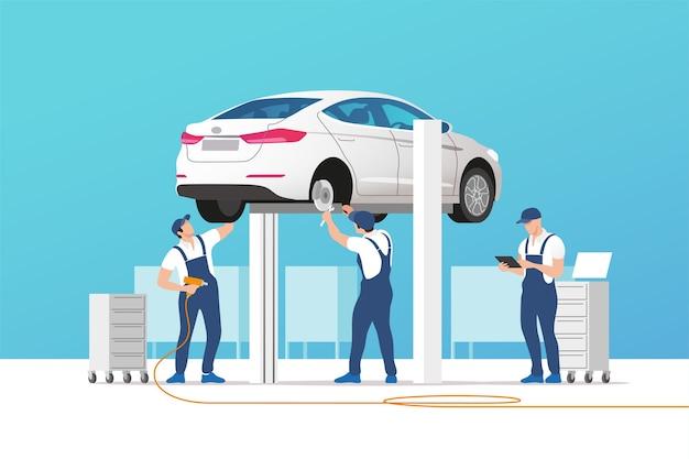 Auto service und reparatur. auto in wartungswerkstatt mit mechanikerteam.