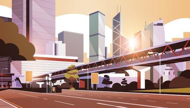 Autobahnstraße zur skyline der stadt mit modernen wolkenkratzern und u-bahn