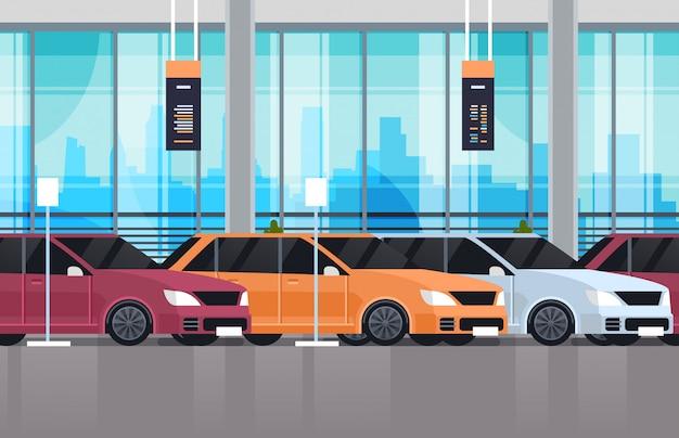 Autohaus-mittelausstellungsraum-innenraum mit satz neuen modernen fahrzeugen