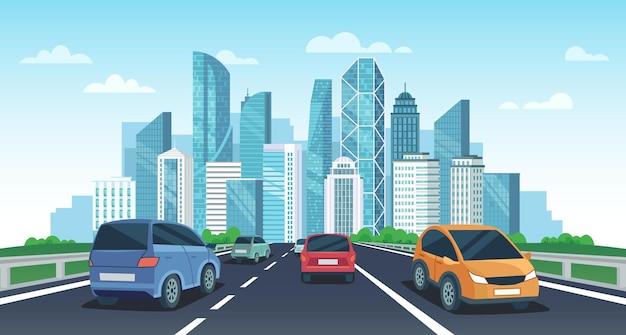 Autos auf der autobahn in die stadt. stadtstraßenperspektivansicht, stadtlandschaft mit autos und autoreisevektor-karikaturillustration. autos fahren mit wolkenkratzern und modernen gebäuden in richtung großstadt.