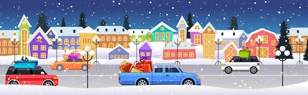 Autos mit geschenkboxen fahren straße über winterstadtstraße frohe weihnachten frohes neues jahr feiertagsfeier konzept schneebedeckte stadt schneefall stadtbild horizontale vektor-illustration