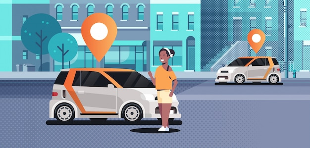 Autos mit standort pin auf der straße online bestellen taxi carsharing-konzept mobile transport frau mit carsharing-service moderne stadt straße stadtbild hintergrund horizontal