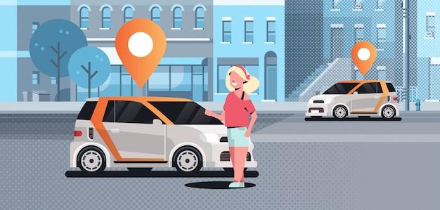Autos mit standort pin auf der straße online bestellen taxi carsharing-konzept mobile transportfrau mit carsharing-service moderne stadtstraße stadtbild