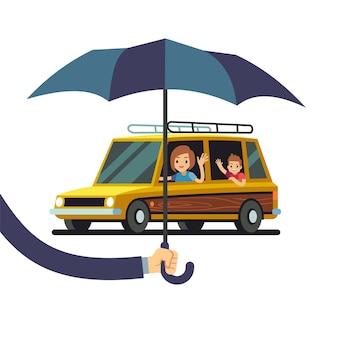 Autoversicherungskonzept mit hand, das regenschirm und zeichentrickfigurauto mit frau und kind hält.