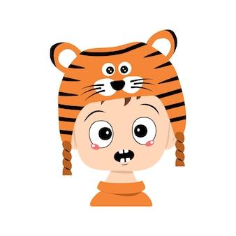 Avatar des jungen mit emotionen panik, überraschtes gesicht, schockierte augen im tigerhut. nettes kind mit verängstigtem ausdruck im karnevalskostüm für neujahr, weihnachten und urlaub. kopf eines entzückenden kindes