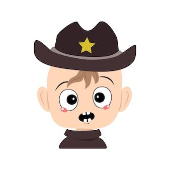 Avatar eines kindes mit emotionen panik überraschtes gesicht schockierte augen in sheriff-hut mit gelbem stern süß...