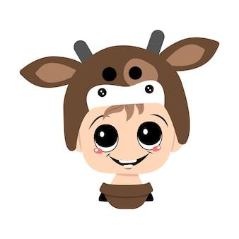 Avatar eines kindes mit großen augen und einem breiten, glücklichen lächeln, das einen kuhhutkopf eines süßen kindes mit einem j...