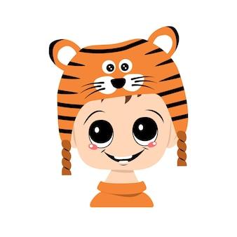 Avatar eines kindes mit großen augen und einem breiten lächeln in einem tigerhut. nettes kind mit einem fröhlichen gesicht in einem festlichen kostüm für neujahr und weihnachten. kopf eines entzückenden babys mit glücklichen emotionen