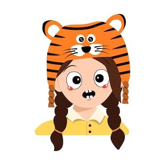 Avatar eines mädchens mit emotionen panik, überraschtes gesicht, schockierte augen im tigerhut. nettes kind mit verängstigtem ausdruck im karnevalskostüm für neujahr, weihnachten und urlaub. kopf eines entzückenden kindes