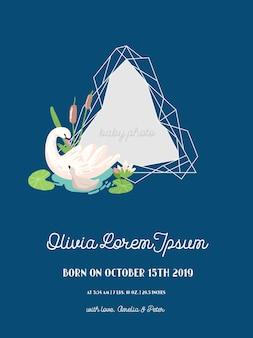 Baby-ankunfts-ankündigung mit illustration von schönem schwan und geometrie-fotorahmen, grüße oder einladungskarte, geometrischer blumenrahmen in vektor