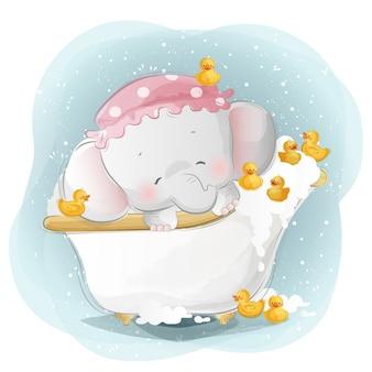 Baby-elefant, der mit den kleinen enten duscht