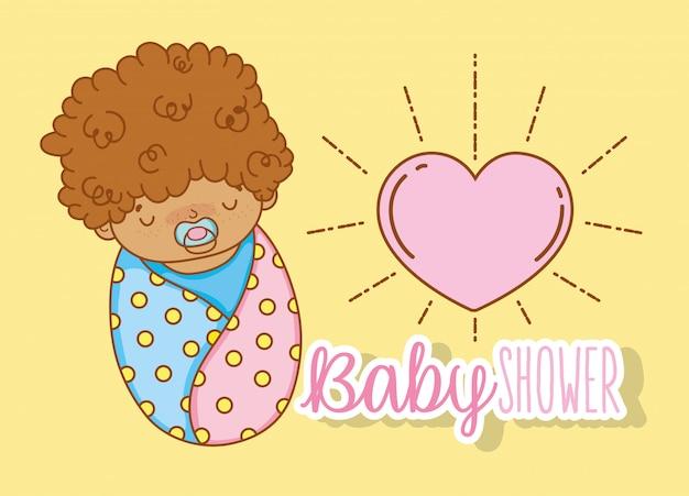Baby mit dem lockigen haar und dem friedensstifter