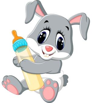 Babykaninchen, das milchflasche hält