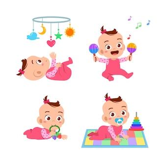 Babymädchen mit spielzeug gesetzt