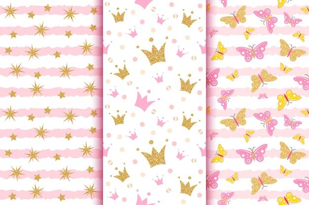 Babymuster mit goldenen glitzerschmetterlingen, kronen, sternen, auf rosa streifen.