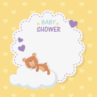 Babyparty-spitzekarte mit kleinem bärenteddy in der wolke