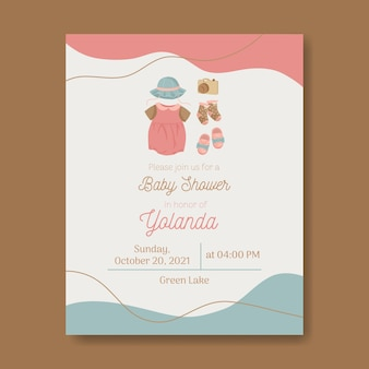 Babypartyeinladung für babymädchen mit kleid, hut, kamerasocken und schuhen in warmen farben