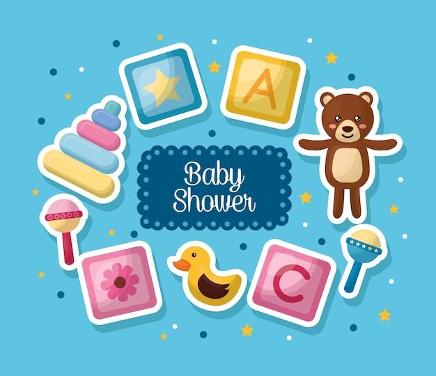 Babypartyfeier viele spielwaren blauer hintergrund getragener junge glücklicher tag
