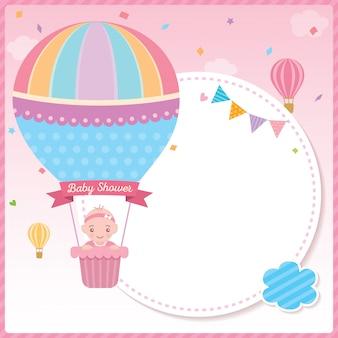 Babypartymädchen mit ballonschablone