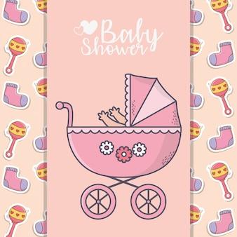 Babypartyrosa pram mit socken und geklapperfahnenhintergrund