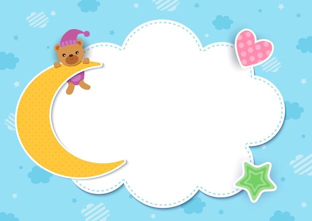 Babypartyschablone mit bär auf dem mondentwurf mit wolkenrahmen und auf blauem himmel.