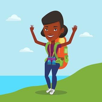 Backpacker mit erhobenen händen genießt die landschaft.