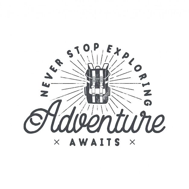 Backpacking adventures-printdesign, logo-emblem mit rucksack und schriftzug - hören sie nie auf zu erkunden, das abenteuer wartet auf sie