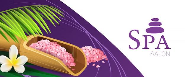 Badekurortsalon-kuponentwurf mit rosa salz, hölzerner schaufel, palmblatt und tropischer blume