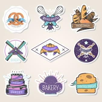 Bäckereisatz aufkleber mit mehlprodukten, kulinarischen werkzeugen, windmühle, gestaltungselementen, lokalisierte vektorillustration der weinlese art