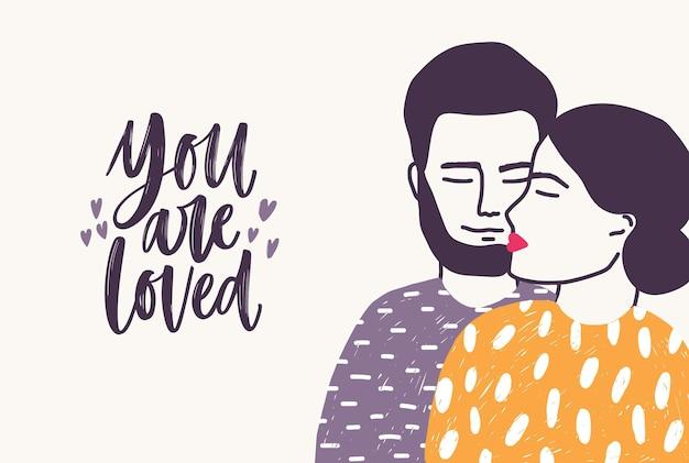 Bärtiger mann umarmt frau und sie werden romantischer slogan geliebt, der mit kursiver schrift geschrieben wird