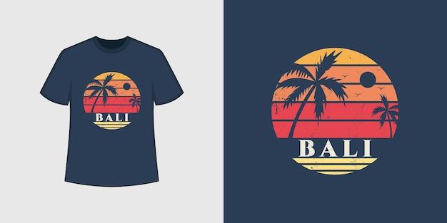 Bali-ozeanstrand-t-shirt-stil und trendiges kleidungsdesign mit baumsilhouetten, typografie, druck, vektorillustration.