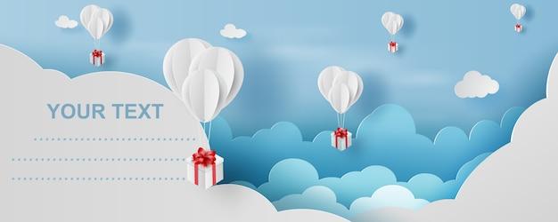 Ballon-geschenkbox im blauen himmel der luft.