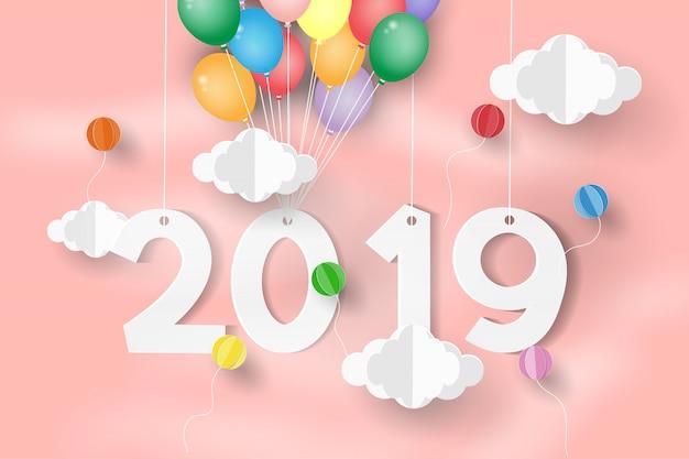 Ballon über wolke mit grußkarte und neujahr.