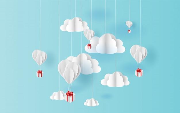 Ballonfarbe, die in blauen himmel der luft schwimmt
