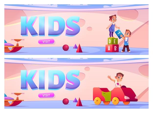 Banner mit kindern auf spielplatz im kindergarten gesetzt