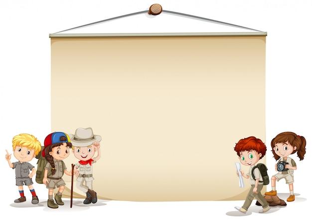 Banner mit kindern im outdoor-kostüm