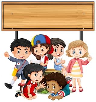 Banner mit kindern unter holzbrett