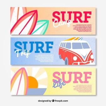 Banner mit wohnwagen und surfbretter