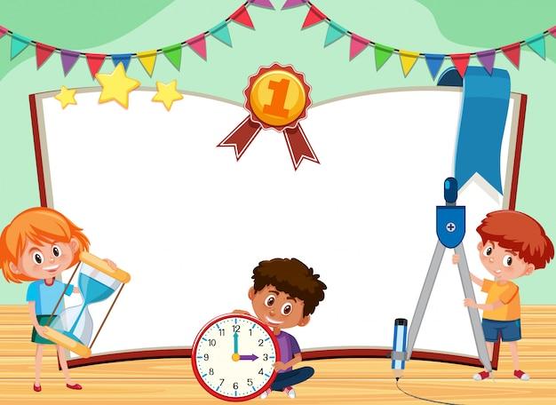 Bannerschablone mit drei kindern, die im klassenzimmer spielen