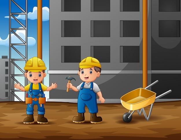 Bauarbeiter am baustellehintergrund