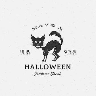 Beängstigendes halloween-etikett, emblem oder kartenvorlage. retro shabby texturen. schwarze katze silhouette und vintage typografie.