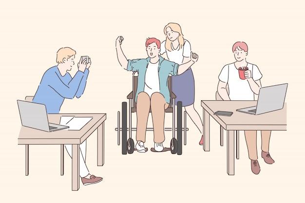 Behinderte im büro arbeiten. junges mädchen mit mann auf rollstuhl, den männlichen kollegen, die bei tisch sitzen, mit laptops arbeiten und kaffee am arbeitsplatz trinken. einfache wohnung
